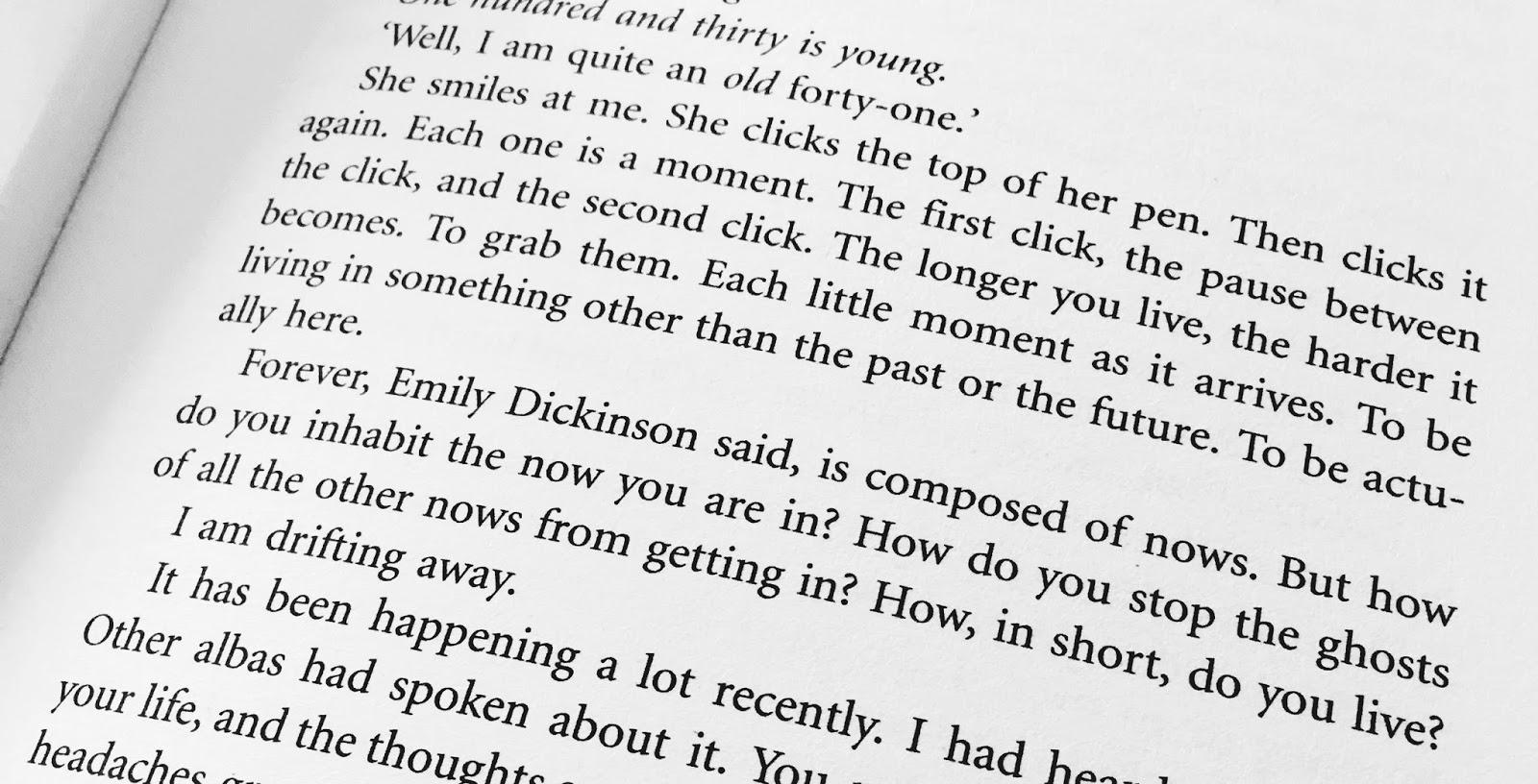 Cum să oprești timpul – literalmente, prin plictiseala unei cărți slabe.